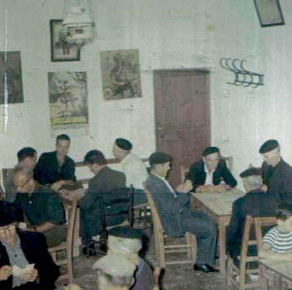 """Sant Vicent de sa Cala. Imatge del porxo de Can Vicent de sa Font """"Es Cafè"""", els anys seixanta del s. XX. Aquest local era el lloc de trobada i relació de la gent del poble. Foto: cortesia de la família d´Es Cafè."""
