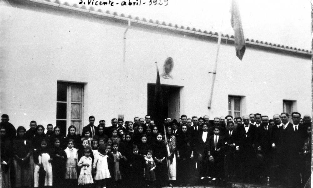 Sant Vicent de sa Cala. La nova escola l´abril de 1929, durant un homenatge a Lluís Rovira Miralles, promotor de la seua construcció. Foto: arxiu del Camp d´Aprenentatge de sa Cala.