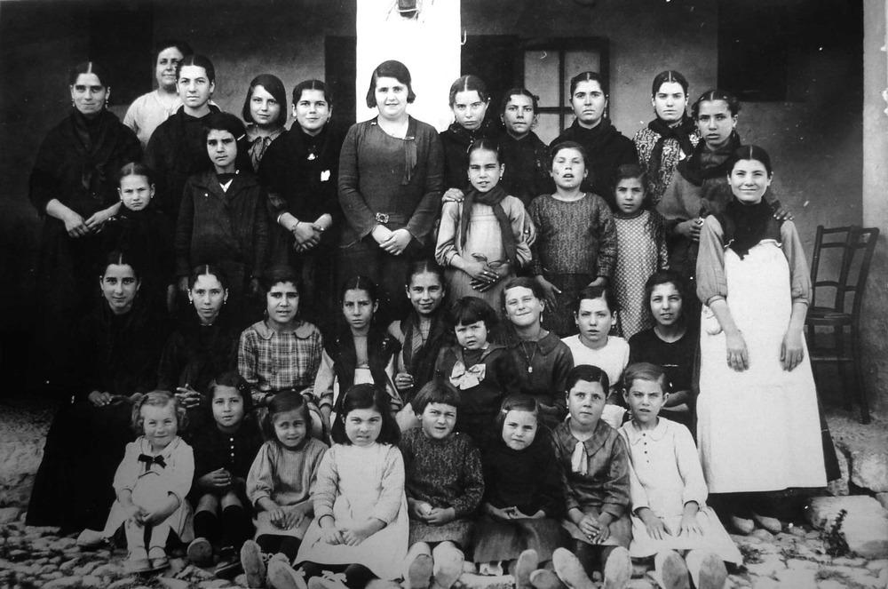 """L´escole d´al·lotes a Ca sa Iaia, Sant Vicent de sa Cala, amb la mestra """"donya Pepita"""". Foto: cortesia de la família """"Rota""""."""