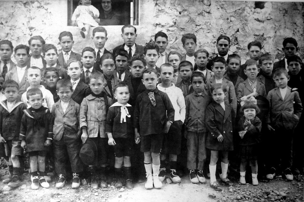 """Grup d´al·lots a l´escola de Sant Vicent de sa Cala, l´any 1933, amb el mestre Antoni Llopis. Foto: cortesia de la família """"Rota""""."""