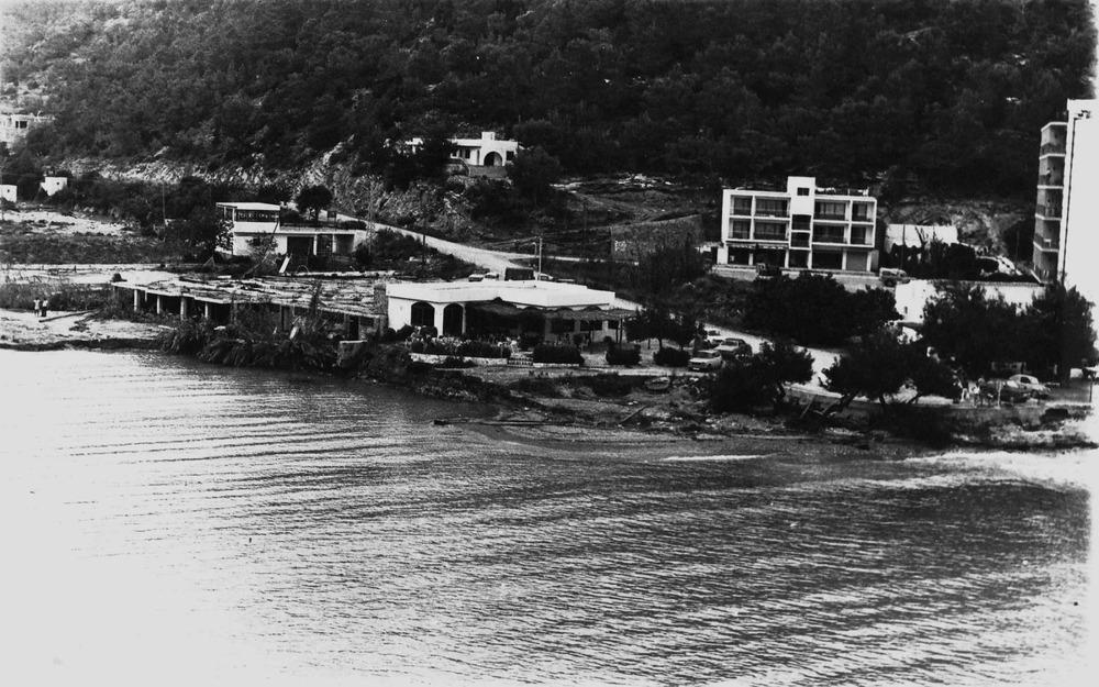 """Sant Vicent de sa Cala. Estat en què va quedar la desembocadura del torrent de sa Cala a conseqüència de la tempesta de setembre de 1977. Foto: cortesia de la família """"Rota""""."""