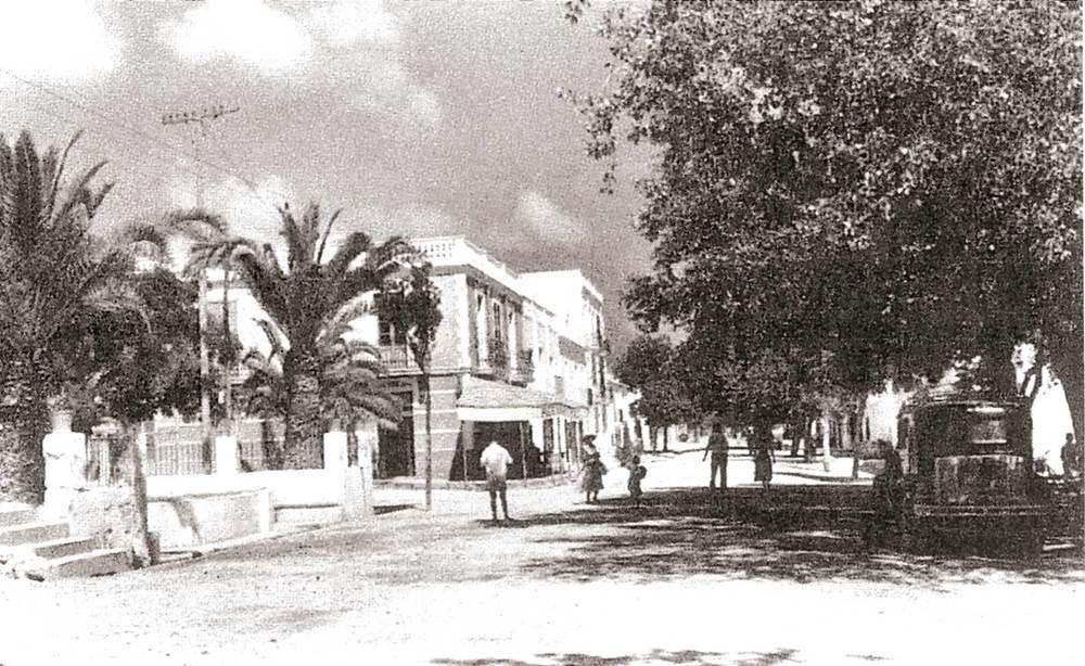 Municipi de Santa Eulària des Riu. El carrer de Sant Jaume amb s´Alamera. Al fons, en primer terme, l´edifici de l´Hotel Royalty, inaugurat el 1932. Foto: cortesia de l´Hotel Royalty.