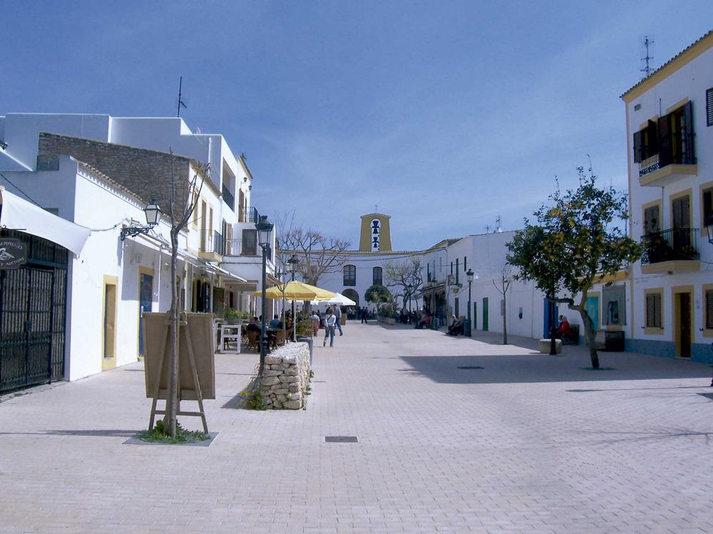 Santa Gertrudis de Fruitera. Al nucli del poble hi ha una bona oferta de bars, restaurants i botigues que atreuen visitants de tota l´illa. Foto: Marta Tur Tur.