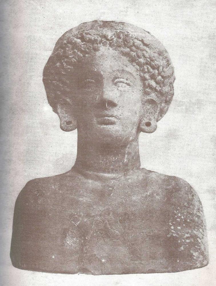 Bust de fang de 23 cm. d´alçada que és la primera làmina del llibre <em>Los nombres e importancia arqueològica de las Islas Pithiusas</em>, de Roman Calbet, director de la Societat Arqueològica Ebusitana.
