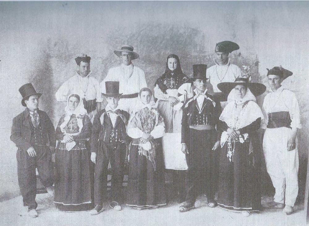 Grup amb vestimenta antiga que fou premiat per la Societat Arqueològica Ebusitana en les festes que el 1906 se celebraren amb ocasió de la gesta d´Antoni Riquer. Extret de <em>Los nombres e importancia arqueológica de las Islas Pithiusas.</em>