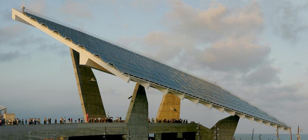 Elies Torres Tur dissenyà l´esplanada del Fòrum (Barcelona), que en un extrem té una pèrgola fotovoltaica que pot donar energia a 700 habitatges i que fou Premi FAD 2003. Foto: Cristina Fontseré.