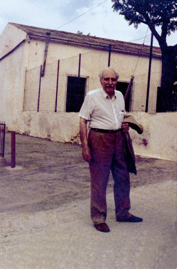 Marià Villangómez Llobet davant l'escola de Sant Miquel de Balansat, on va fer de mestre durant tretze anys. Foto: Felip Cirer Costa