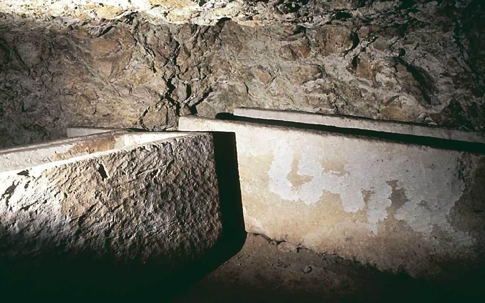 Arquitectura. Interior de l´hipogeu núm. 25 de les excavacions de 1922 al puig des Molins, amb nínxols laterals i sarcòfags de marès. S. V aC. Foto: Joan Ramon Torres.