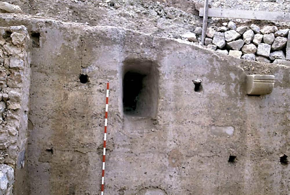 Arquitectura. Espitllera de la torre XXVI (ronda de Giovanni Battista Calvi) del recinte medieval. Foto: Rosa Gurrea Barricarte.