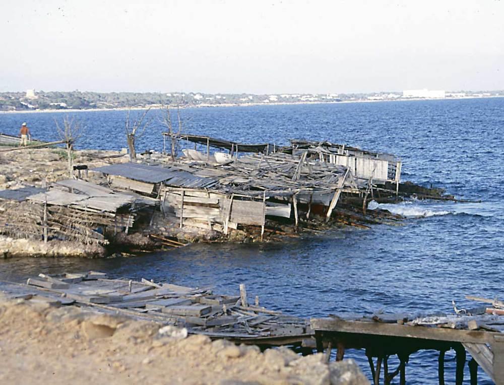 Arquitectura. Casetes de pescadors del torrent de s´Alga, a Formentera. L´arquitectura moderna també s´ha inspirat en aquestos models. Foto: Ferran Marí Serra / Salvador Roig Planells.