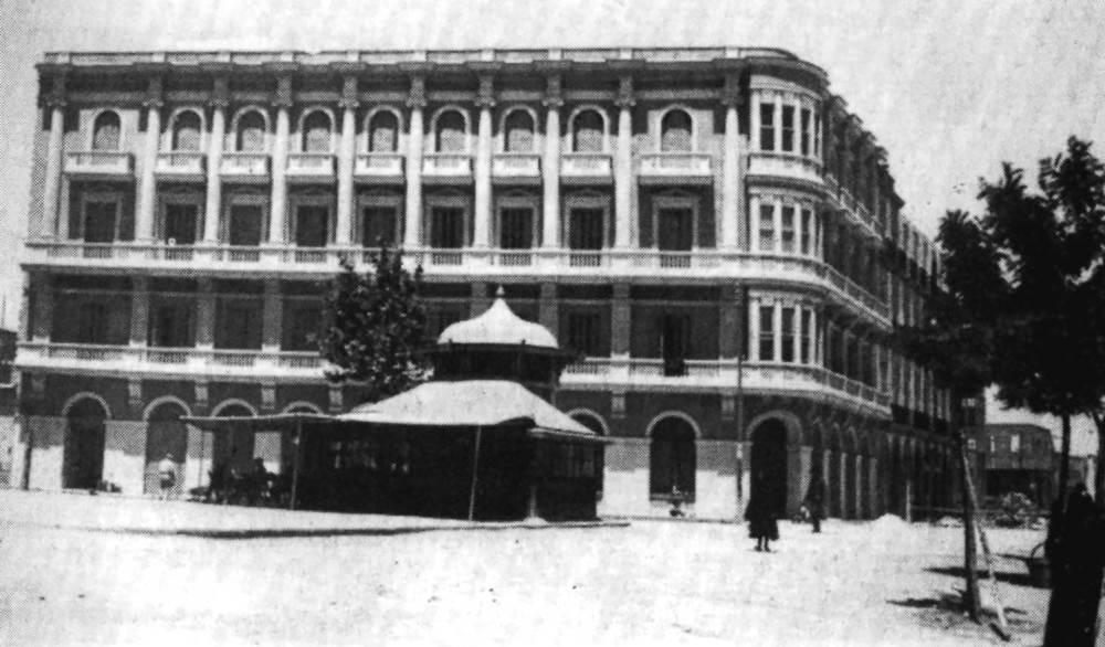 """L´actual hotel Montesol, abans Gran Hotel (1933), del mestre d´obres Joan Gómez Ripoll """"Campos"""". Edifici més representatiu de l´arquitectura d´estil colonial a la ciutat d´Eivissa. Extret d´<em>Arquitectura en Eivissa 1980-1985</em>."""