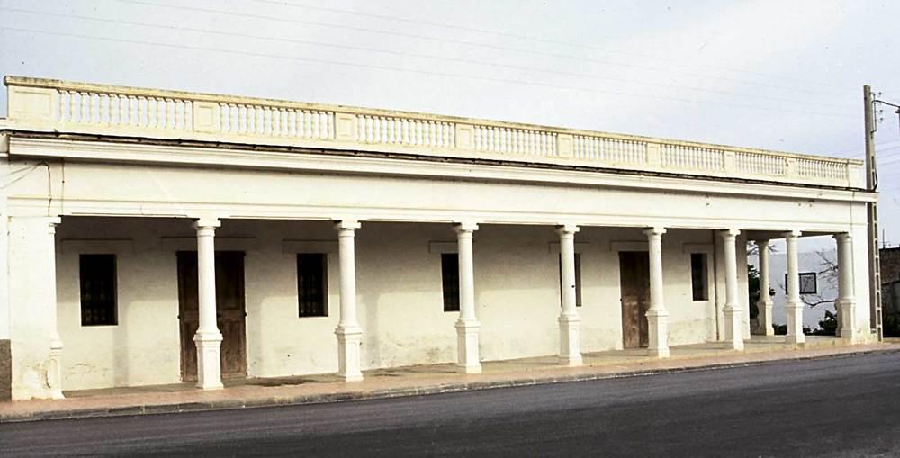 Arquitectura. La influència de l´ornamentació d´estil colonial en el conjunt de cases de can Toni d´en Portmany, a Sant Rafel de Forca. Foto: Ferran Marí Serra / Salvador Roig Planells.