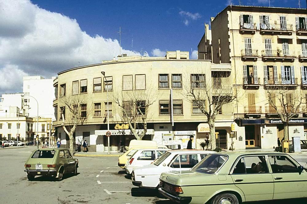 Arquitectura. Una mostra de construcció nacionalista, al passeig de Vara de Rey, d´Eivissa. Foto: Ferran Marí Serra / Salvador Roig Planells.