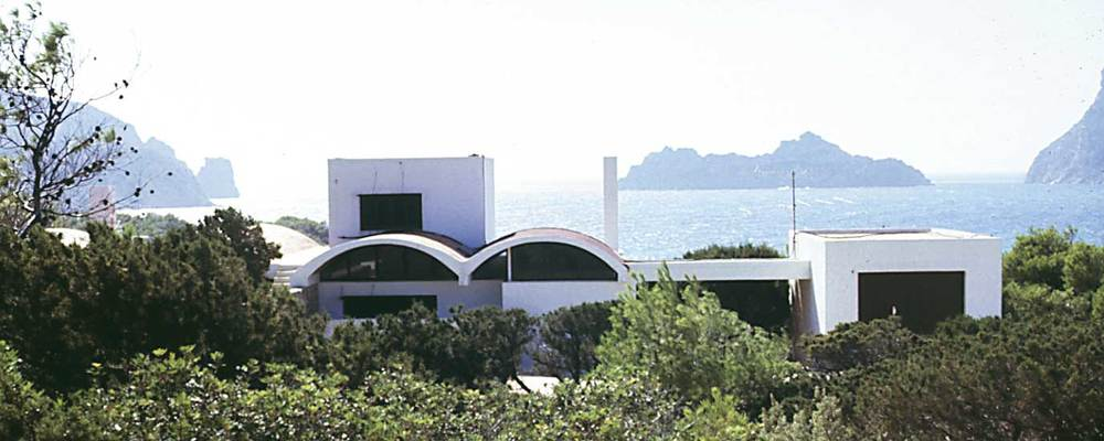 """Arquitectura. Elements innovadors en l´obra de Raimon Torres, com pérgoles i patis: xalet """"Ses Voltes"""" (1965). Foto: Ferran Marí Serra / Salvador Roig Planells."""