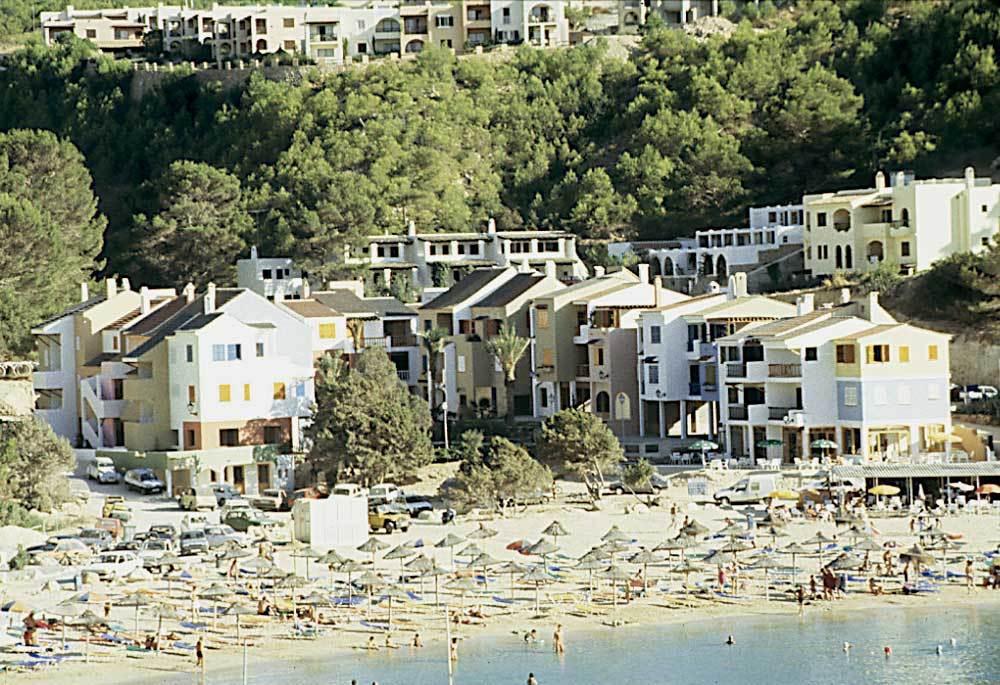 """Una altra mostra d´arquitectura d´""""estil eivissenc"""": bloc d´apartaments a la platja de cala Vedella. Foto: Ferran Marí Serra / Salvador Roig Planells."""