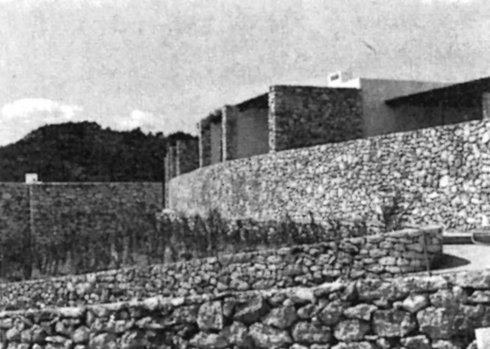 Una altra de les primeres obres a la urbanització de sa Roca Llisa, de l´equip de Franco Soro, Xavier Busquets i Vico Magistretti. Foto: Elies Torres.