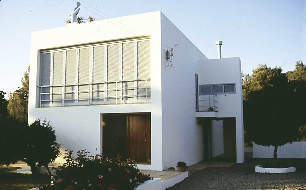 Arquitectura. Casa a cala Vedella (1980) projectada per Bartomeu Mestre. Foto: Ferran Marí Serra / Salvador Roig Planells.