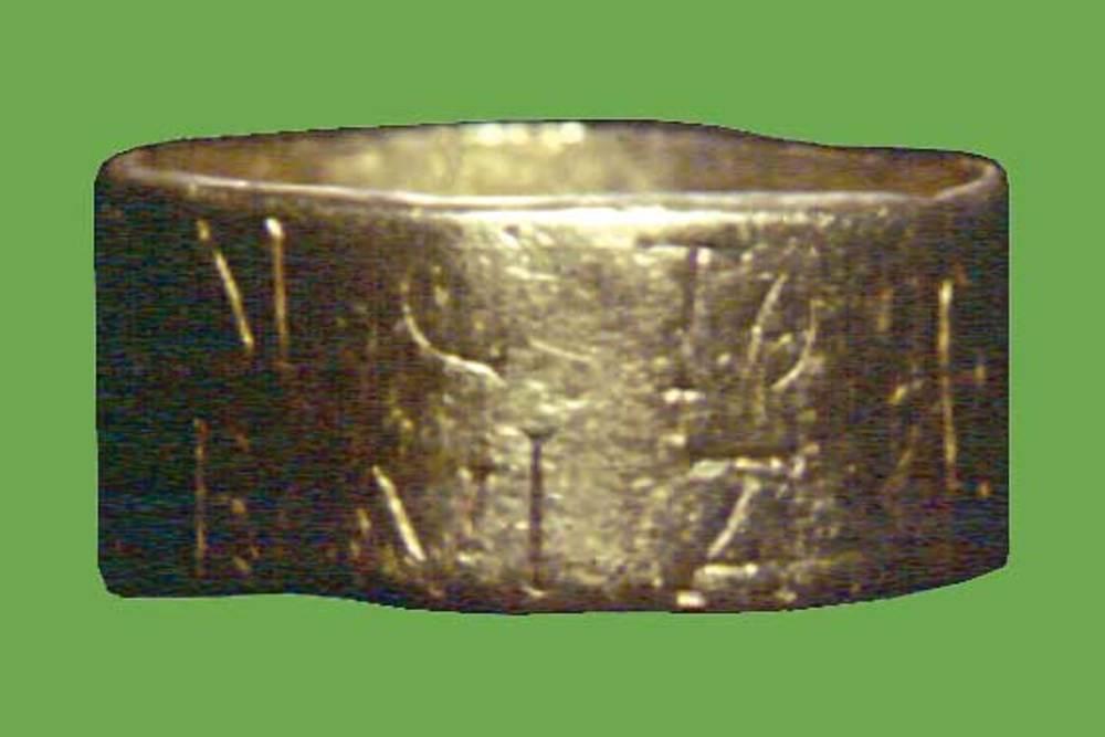 Època bizantina. Anell d'or trobat el 1889 a les rodalies de la ciutat d'Eivissa. Porta gravada la inscripció IN Δ(OMI)NO BENEΔICT(O) TEC(UM) VIFREΔE VITA i una creu. No és un anell episcopal, sinó que pertanyia a un personatge aristocràtic —potser un vàndal— que devia viure a l'illa en època bizantina.