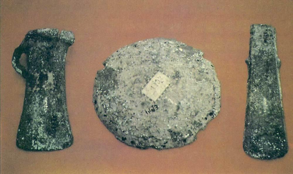 Edat del bronze. Dipòsit de materials de bronze trobat a la Savina el 1907. El formen una destral de cub, una d´apèndixs laterals i un lingot. Foto: cortesia del Museu Arqueològic d´Eivissa i Formentera.