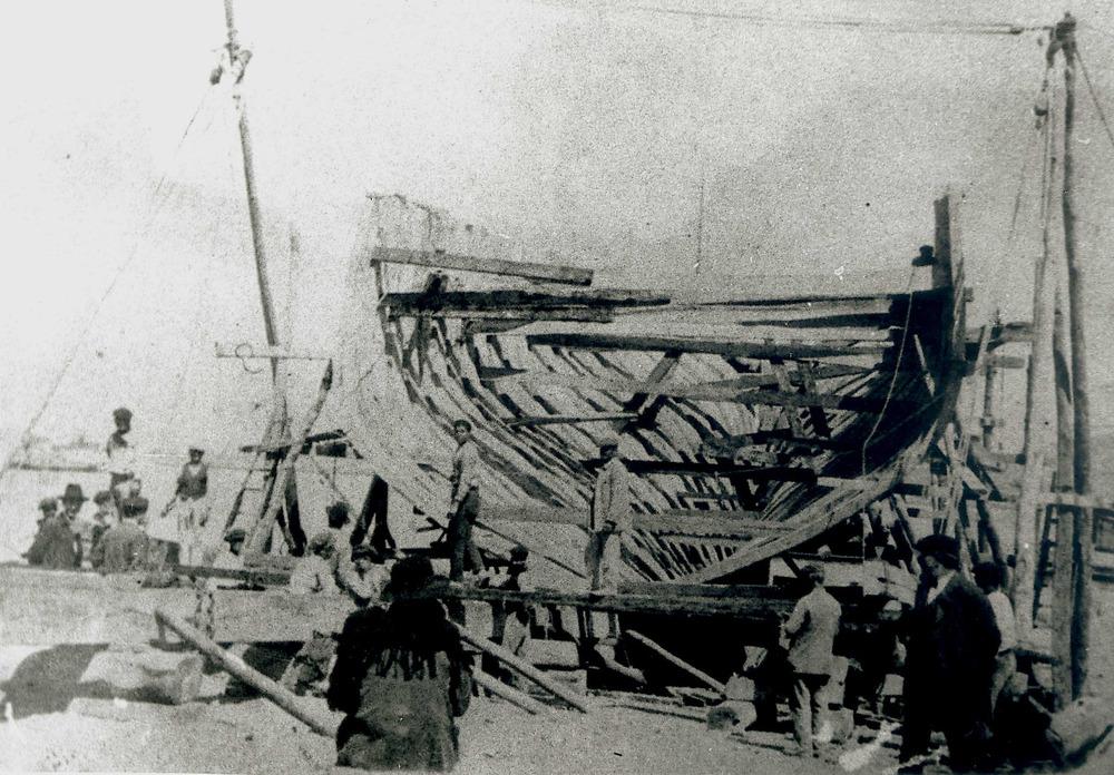 Construcció naval. Un vaixell en procés de construcció a les drassanes conegudes com s´Astillero, vora les instal·lacions del Club Nàutic. Foto: arxiu Raymar.