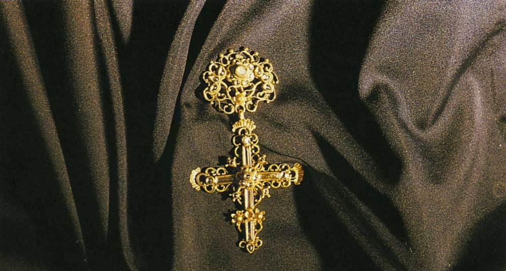 L´adreç és un complement d´alguna emprendada; és una creu d´or precedida d´un botó denominat castell. Foto: extret de <em>La joyería ibicenca</em>.