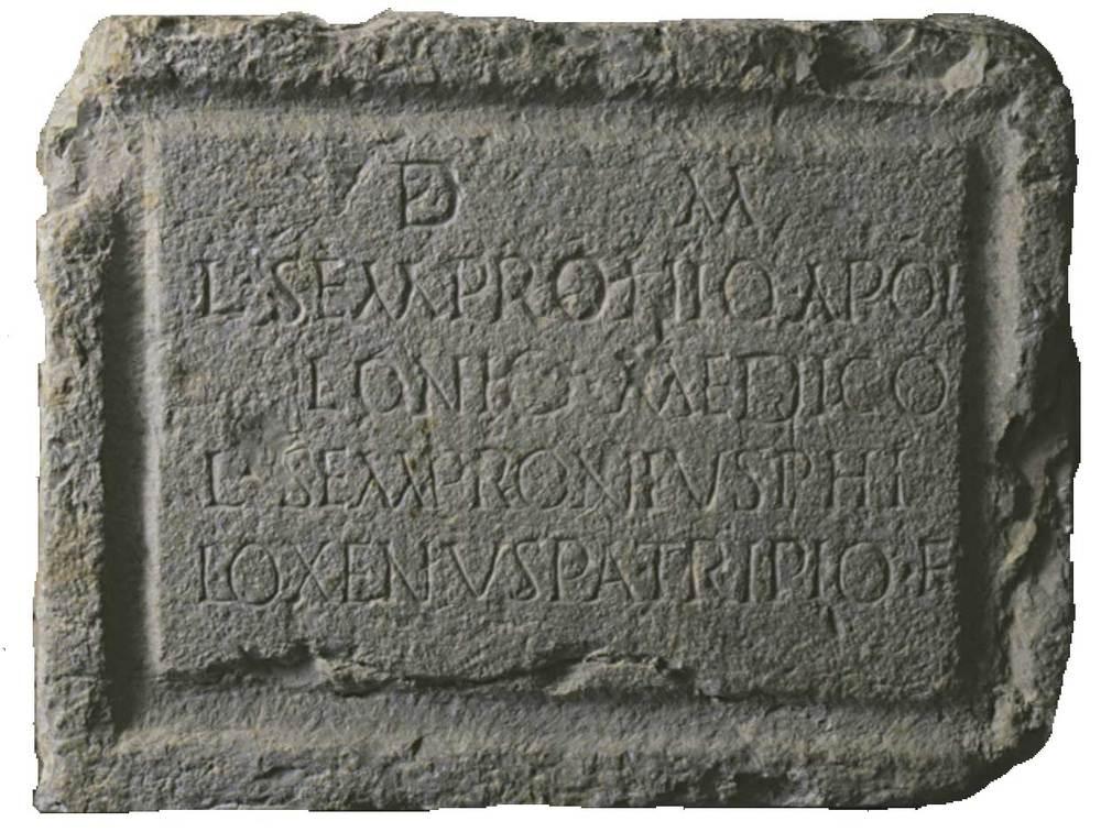 Epigrafia. Làpida romana dedicada a Luci Semproni Apoloni, metge. Foto: cortesia del Museu Arqueològic d´Eivissa i Formentera.