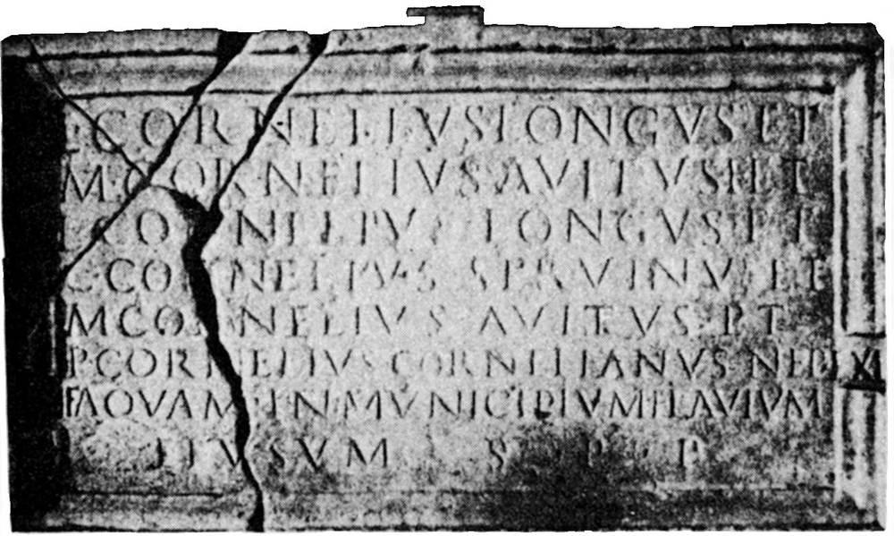 Epigrafia. Inscripció romana trobada a Eivissa i que Joan Antoni Deví traslladà a Perpinyà a la segona meitat del s. XVI. Extret d´<em>Epigrafia romana de Ebusus</em>.