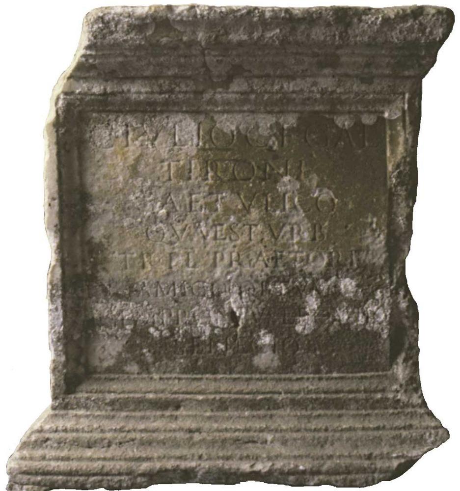 Epigrafia. Làpida honorífica de l´any 107 aC. que havia estat situada a la fornícula de l´esquerra del portal de ses Taules, i que ara es troba al Museu Arqueològic d´Eivissa. Foto: cortesia del Museu Arqueològic d´Eivissa i Formentera.