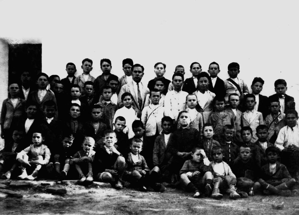 Un grup d´alumnes de sa Graduada, amb el mestre Marià Torri. Foto: col·lecció Raymar.