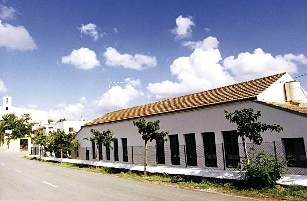 La construcció de les escoles de Sant Llorenç, el 1934, va ser possible gràcies a una societat de vesins del poble. Foto: Neus Garcia Ferrer.
