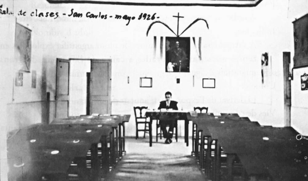 El mestre Joaquim Gadea a l´escola de Sant Carles, construïda per la Mutualitat Escolar Minerva, impulsada per aquest mestre. Foto: extret de <em>Joaquim Gadea Fernández, la vida d´un mestre</em>.