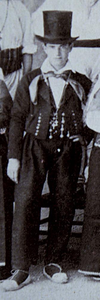 Amb el vestit negre de jaqueta o jaquetó i calçons fins als turmells, era habitual portar mocador de coll. Extret de <em>Los nombres e importancia arqueológica de las islas Pitiusas.</em>
