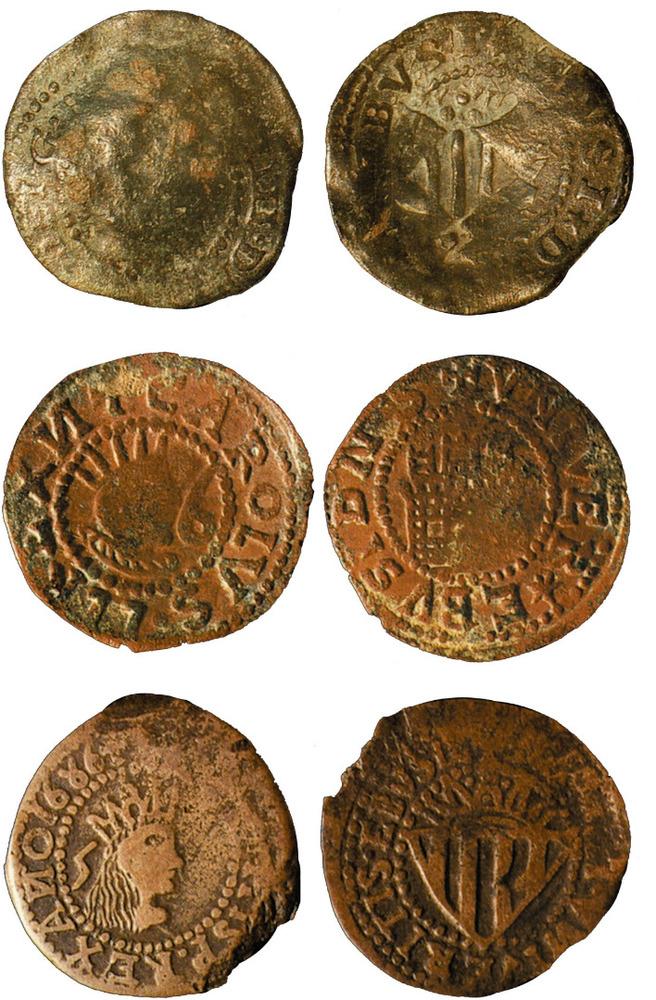 De dalt a baix, moneda de Felip IV, moneda de Carles III, primera època, i moneda de la segona època de Carles II, coneguda com a sou o cinquena. Foto: Extret de <em>Las monedas de los Austrias de la ceca de Evisa.</em>