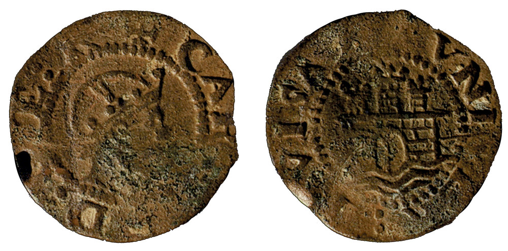 Moneda de l´època dels reis de la casa dels Àustries, encunyada a la seca d´Eivissa, amb la llegenda CAROLUS i el castell de tres torres de la Universitat. Foto: Extret de <em>Las monedas de los Austrias de la ceca de Evisa.</em>