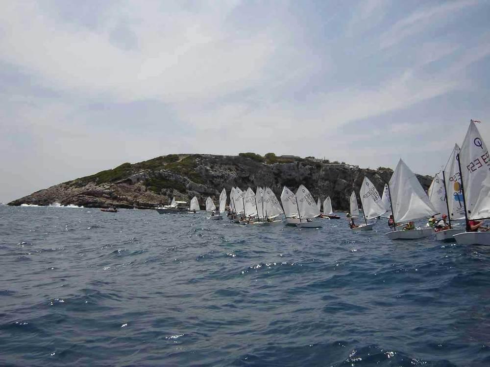 Vela. Una regata de la classe optimist, embarcació en la qual s´inicien els regatistes més joves. Foto: arxiu de Sebastià Vidal.