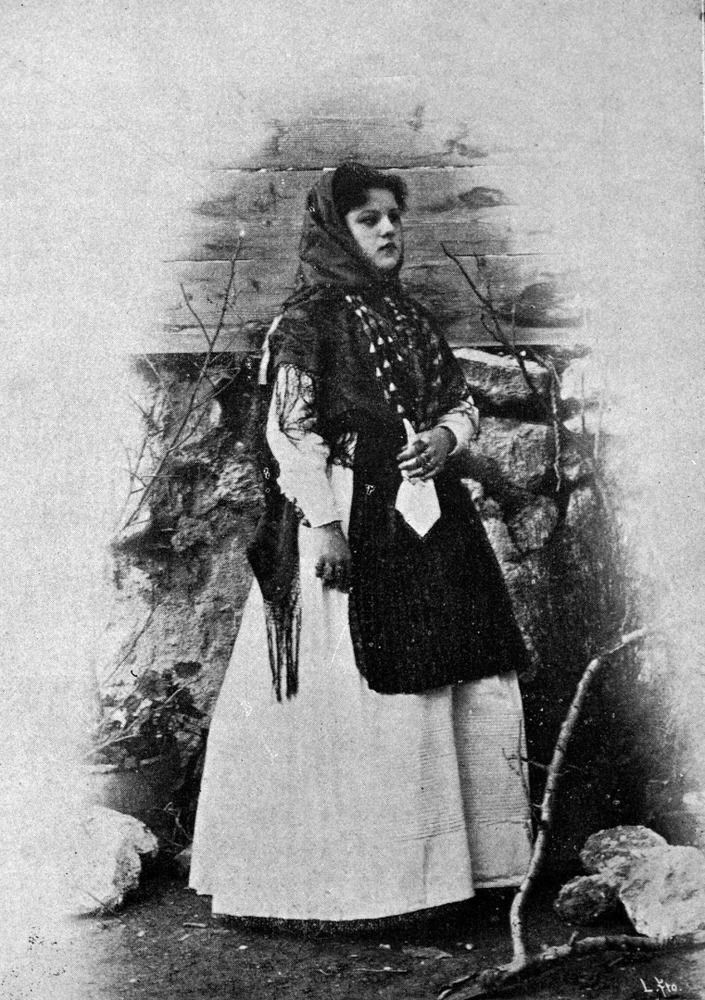 Una dona amb gonella de color blanc, il·lustració publicada el 1901. Foto: Víctor Navarro.