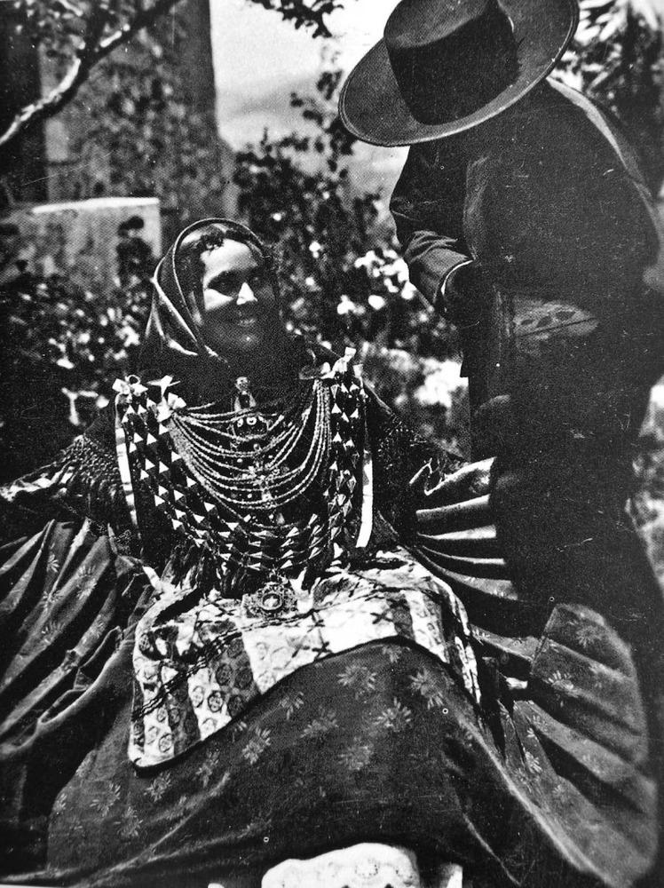 Última manifestació indumentària tradicional, ella amb vestit de color i ell de camisola o xamarreta. Foto Viñets.