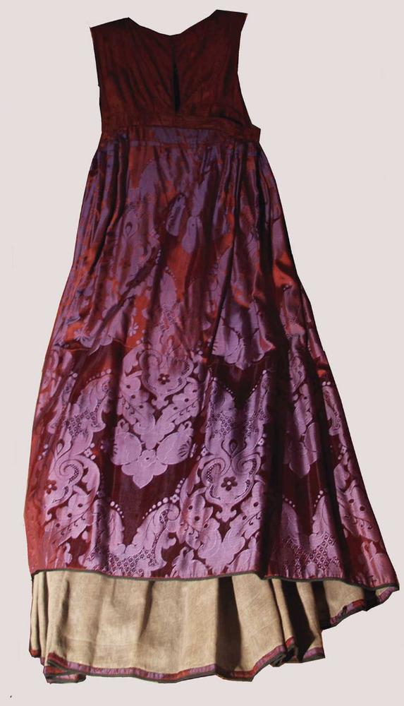 Vestit de gonella de color del s. XX. Foto: Lena Mateu Prats.