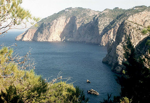 La costa de s´Àguila, a la dreta. Darrera, la punta de sa Creu. En primer terme, els illots des Rubió. Foto: Enric Ribes i Marí.