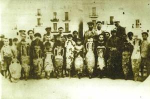 Fotografia dels anys 1930-34, presa per un estranger anònim al moll de pescadors d´Eivissa. La majoria de les àmfores que apareixen a la imatge delaten manipulacions posteriors per a simular la seua integritat.