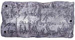 Reproducció de la plaqueta trobada al santuari des Culleram, on figura la dedicatòria d´Abdesmun. Foto: Museu Arqueològic d´Eivissa.