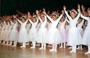 Un grup d´alumnes de l´Acadèmia de Ball María Martín i Paco Torres, durant una actuació.
