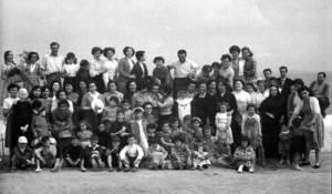 Sor Maria Lluïsa Adrover, al centre de la imatge, envoltada d´alumnes i gent de la vila de Portmany.