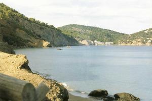 S´Aigua Blanca. Quan hi ha mar de fons, l´aigua es tenyeix del blanc argelest de la zona. Foto: Enric Ribes i Marí.