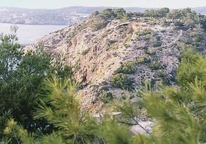 Albià. Calcàries urgonianes que recobreixen les margues ocres de la paret nord de cala Molí. Foto: Bartomeu Escandell Prats.