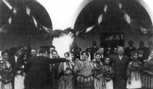 El polític Niceto Alcalá Zamora Torres, fotografiat amb un grup de pageses davant l´Ajuntament de Santa Eulària. Foto: cortesia de Michel Ferrer Clapés.