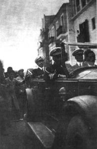 El rei Alfons XIII, durant la segona visita a Eivissa, rep les mostres d´afecte popular. Era l´octubre de 1929 i el motiu de la visita foren unes maniobres militars que es realitzaren a sa Caleta i a la platja des Codolar. Foto: Grup IF / <em>Eivissa Antiga</em>.
