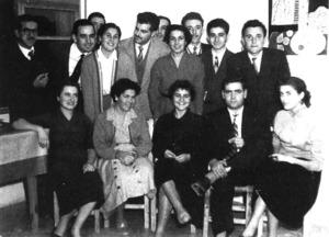Un grup d´alumnes i professors celebren una festa durant el Nadal de 1955, a l´Aliança Francesa d´Eivissa. Foto: arxiu de l´Aliança Francesa.