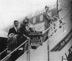 L´eivissenc Àngel Palerm s´hagué d´exiliar a Amèrica. En la imatge, amb la seua família, a l´aeroport de Washington, camí de Mèxic, el 1959. Foto: cortesia de Neus Escandell Tur.