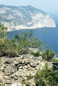 Es Amunts. El cap d´Albarca vist des de la part superior del penjall d´Albarca. En primer terme, restes de l´antiga talaia. Foto: Enric Ribes i Marí.